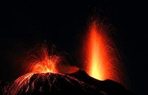 vue sur une explosion de lave sur le volcan de l'Etna de nuit
