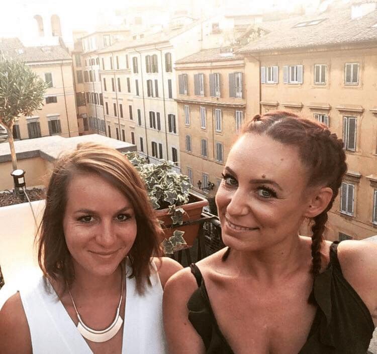 Deux jeunes femmes heureuses en Voyage surprise à Rome