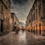 Vue sombre d'une rue en croatie