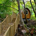 cabane en bois dans les arbres glamping