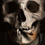 tête de mort qui fume une cigarette tourisme noir