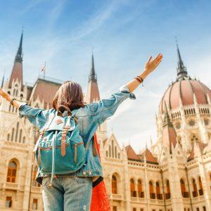 jeune femme heureuse en voyage surprise à Budapest