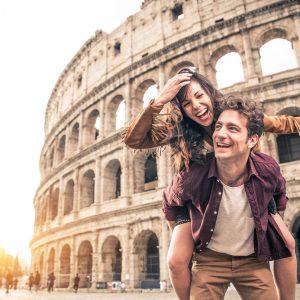 couple heureux en voyage surprise à Rome Italie