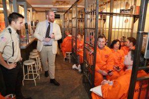 clients dans un bar prison activité insolite Londres