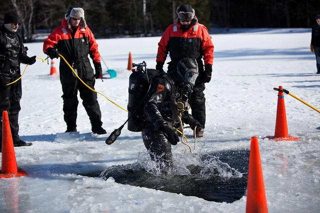 une personne fait de la plongée sous lac gelé activité insolite