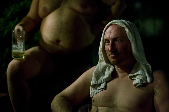 hommes bain à la bière activité insolite et fun europe