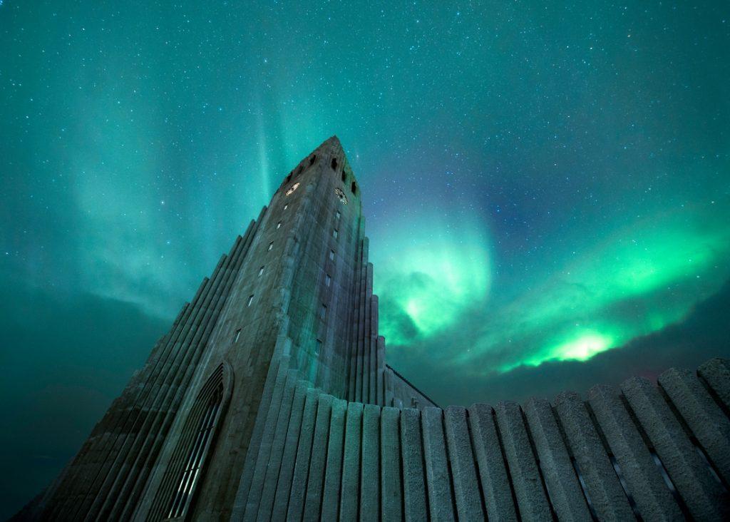 cathédrale de reykjavic en Islande sur fond d'aurore boréale