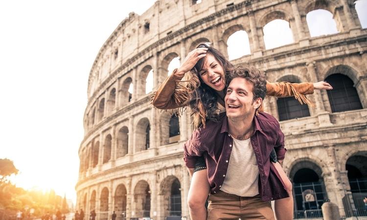 jeune couple en voyage surprise a rome