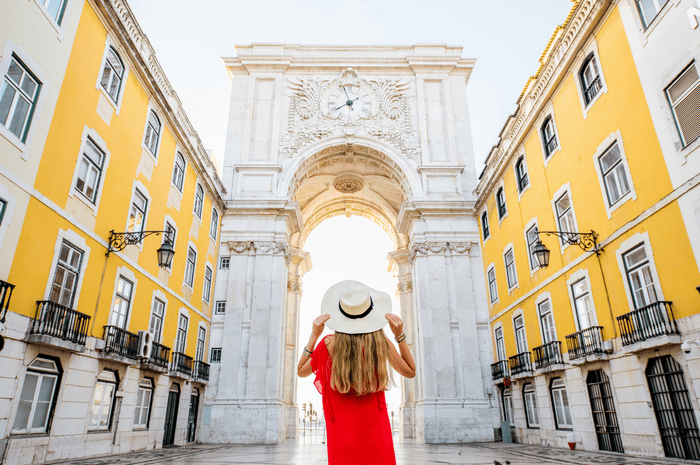 jeune femme en voyage surprise à Lisbonne