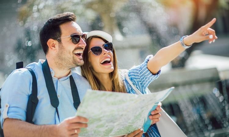 jeune couple heureux en voyage surprise