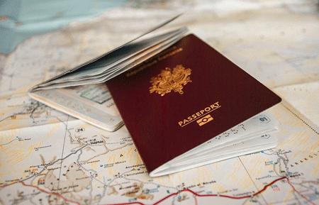 2 passeports posés sur une carte du monde